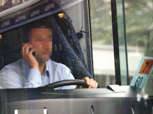 autista_autobus_cellulare