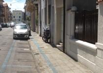 strisce-blu-marciapiede-viareggio-210x150