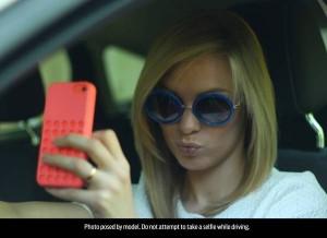 1 giovane su 2 scatta foto mentre guida, rischiando la vita