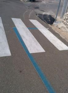 strisce-blu-parcheggio-attraversamento-pedonale