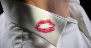 tradimento-amante-bacio-collo-camicia-rossetto