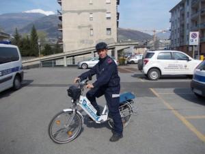 vigile-polizia-locale-bicicletta-aosta