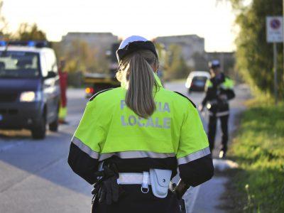 Agente di Polizia Locale durante il servizio.